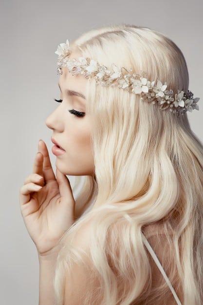 Beautiful blonde girl with tiara Premium Photo