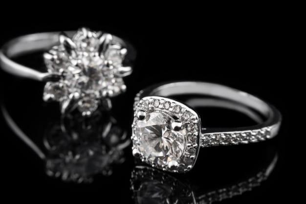 Precious silver rings with diamonds Premium Photo